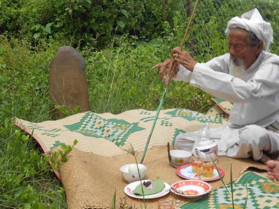 Một Linga ở palei Baoh Dana-Chất Thường cần được xy dựng. Người d⢢n vẫn hnh lễ ngoi trời.